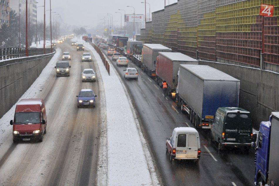 Ilustračný obrázok k článku Národná diaľničná spoločnosť namiesto diaľničných kolektorov rozšíri Seneckú cestu