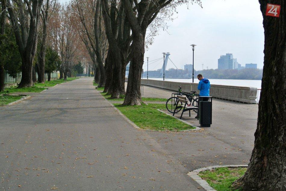 Ilustračný obrázok k článku Dunajská promenáda: Cyklisti kľučkujú pomedzi chodcov, chodci sa vlnia zľava doprava