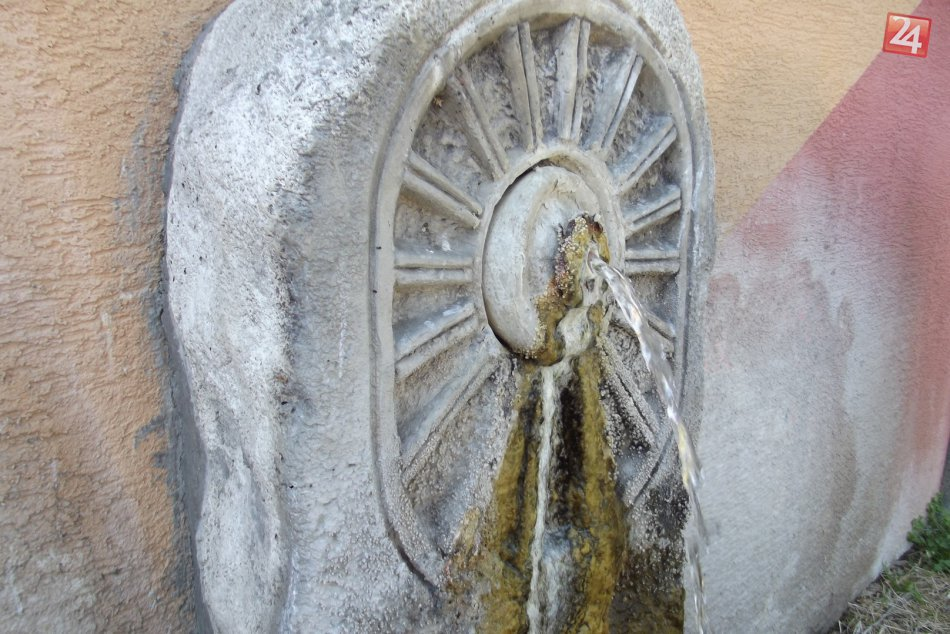 Ilustračný obrázok k článku Lákadlo v dedinke: Spod zeme vyviera tekuté bohatstvo, FOTO