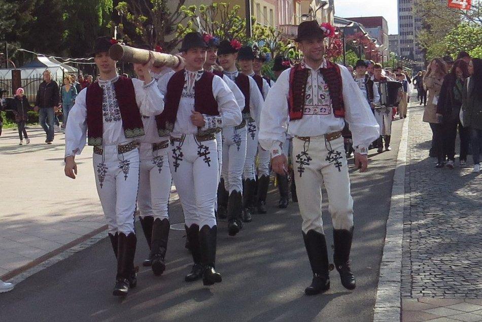 Ilustračný obrázok k článku Prvomájové oslavy: Sprievod hudby a tanca vystriedali opatrenia
