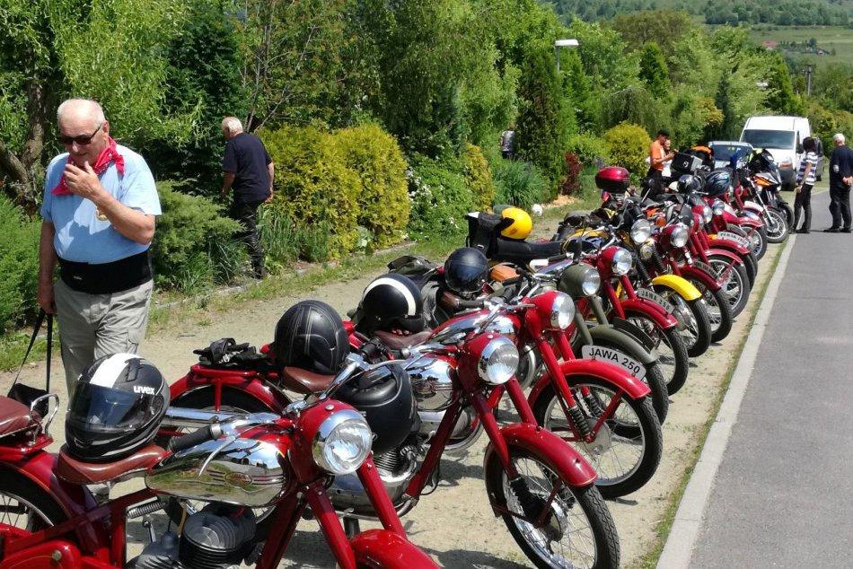 Ilustračný obrázok k článku FOTO: Lahôdka pre milovníkov retra. Horehroním prešli historické motocykle