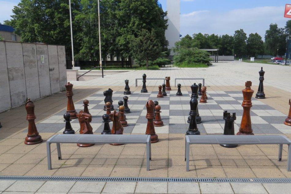 Ilustračný obrázok k článku V Nitre budú mať premiéru exteriérové šachy: Zahrajú si ich nevidiaci