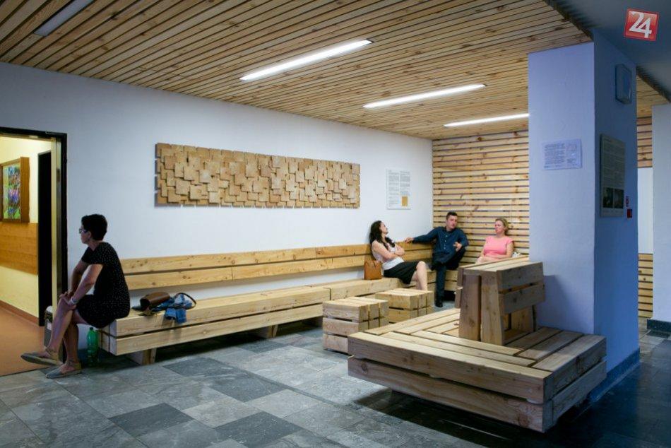 Ilustračný obrázok k článku Vo vestibule Národného onkologického ústavu je nová čakáreň z dreva