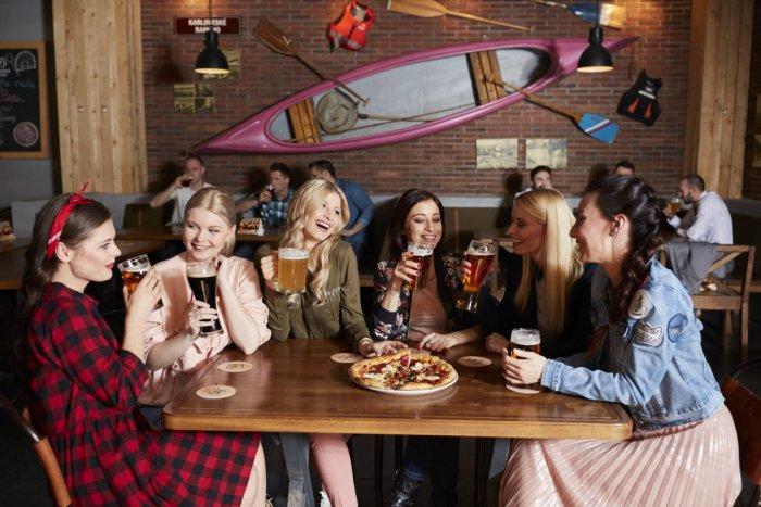 Ilustračný obrázok k článku Je osviežujúce, prírodné a dobrý parťák: Najobľúbenejší nápoj Slovákov má dnes sviatok!