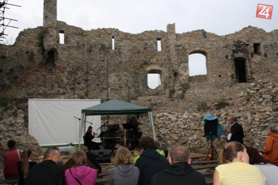 Ilustračný obrázok k článku Priestory Považského hradu ožili tajomnou atmosférou: FOTO priamo z miesta