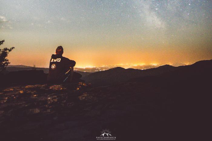 Ilustračný obrázok k článku Paľo (23) si ustlal rovno pod hviezdami: Úchvatné zábery zo Sninského kameňa!