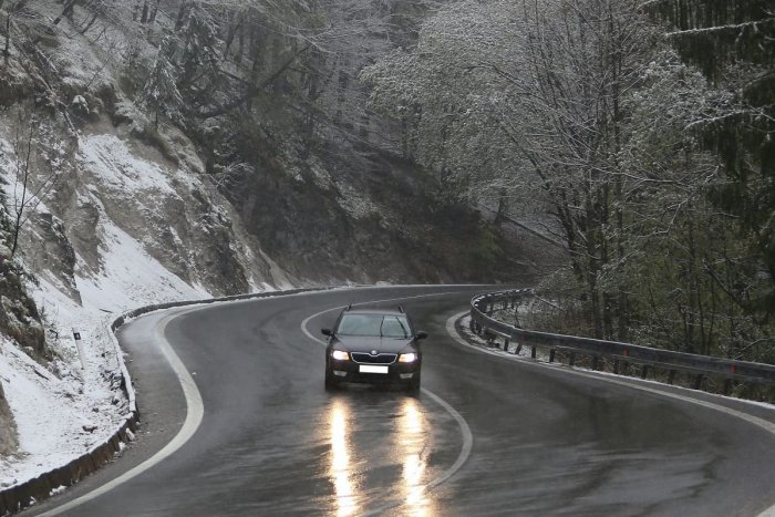 Ilustračný obrázok k článku Nástrahy počasia na cestách: Ohrozuje nás dlhšia brzdná dráha a znížená viditeľnosť
