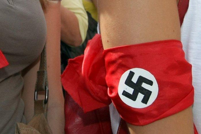 Ilustračný obrázok k článku Poriadne si zavaril: Slovák sa v Maďarsku prechádzal s páskou s hákovým krížom