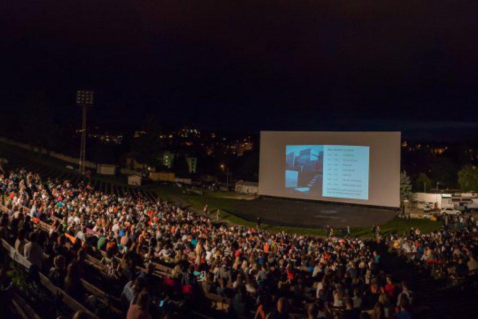 Ilustračný obrázok k článku Na toto čakali mnohí Bystričania: Letné kino na amfiteátri štartuje už o pár dní