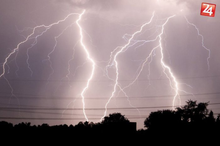 Ilustračný obrázok k článku Výstraha pred búrkami: V týchto časoch to má zasiahnuť náš okres!