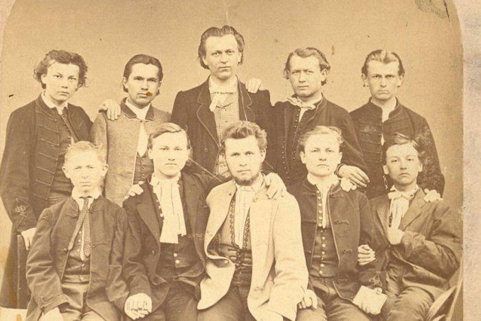 Ilustračný obrázok k článku Od 1. maturít v Revúcej ubehlo 150 rokov. Takto vyzerali témy skúšok dospelosti