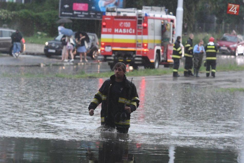 Ilustračný obrázok k článku VIDEO: Prečo je po daždi v Bratislave potopa? Niektoré vpusty a potrubia neboli čistené desaťročia!