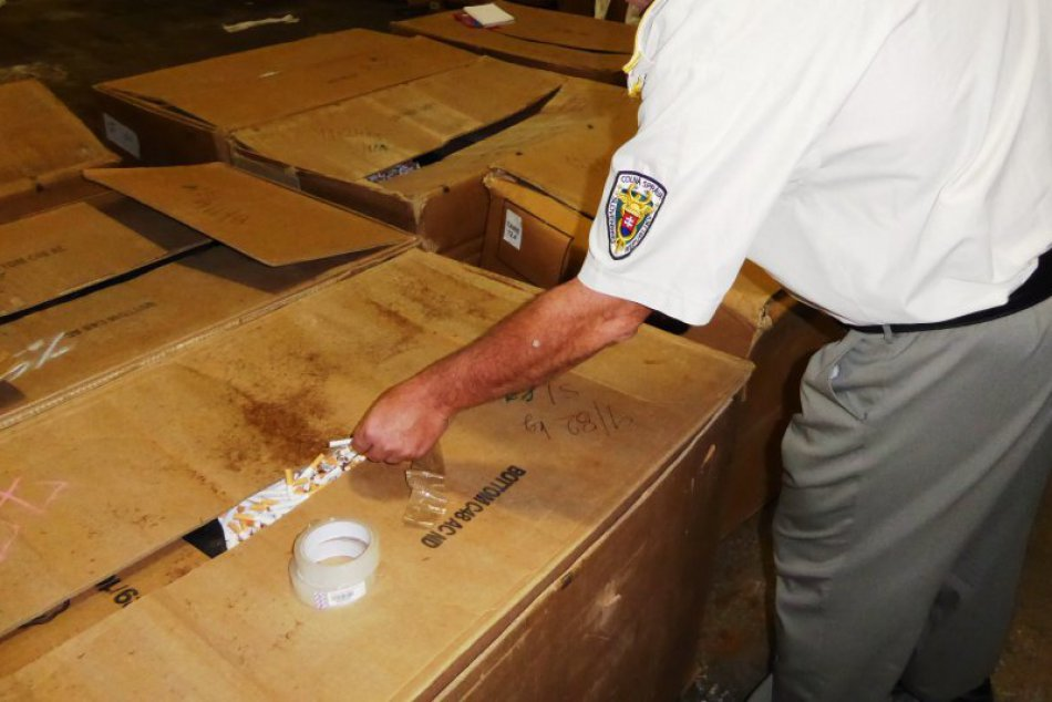 Ilustračný obrázok k článku VIDEO: Policajný zásah v Ružomberku, na Liptove zlikvidovali nelegálnu výrobňu cigariet, FOTO