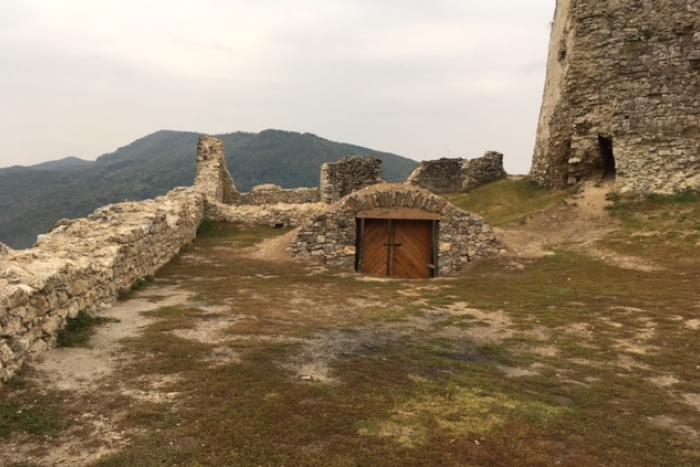 Ilustračný obrázok k článku Takto vyzerali tie v stredoveku: Na Brekovskom hrade pribudli historické dvere