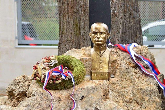 Ilustračný obrázok k článku Brezno má Námestie M. R. Štefánika, po oslavách 100. výročia ČSR aj bustu