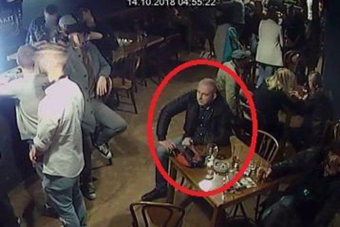 Ilustračný obrázok k článku Ženu (29) mali okradnúť v klube na Mostnej: Polícia pátra po mužovi na záberoch
