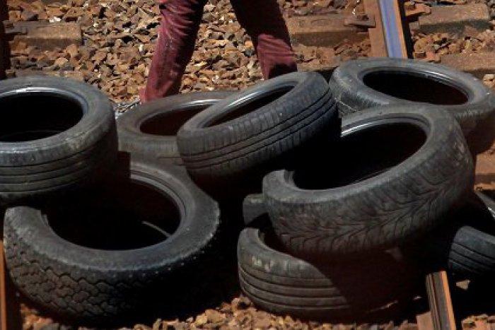 """Ilustračný obrázok k článku Pneumatiky či naukladané skaly na koľajniciach: Aj tieto """"nástrahy"""" riešia železnice"""