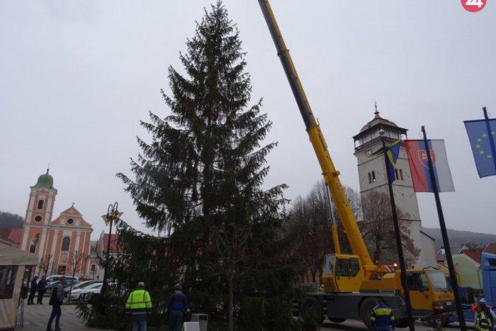 Ilustračný obrázok k článku V Rožňave už stojí vianočný stromček: FOTO a VIDEO z osadenia 20-metrového krásavca