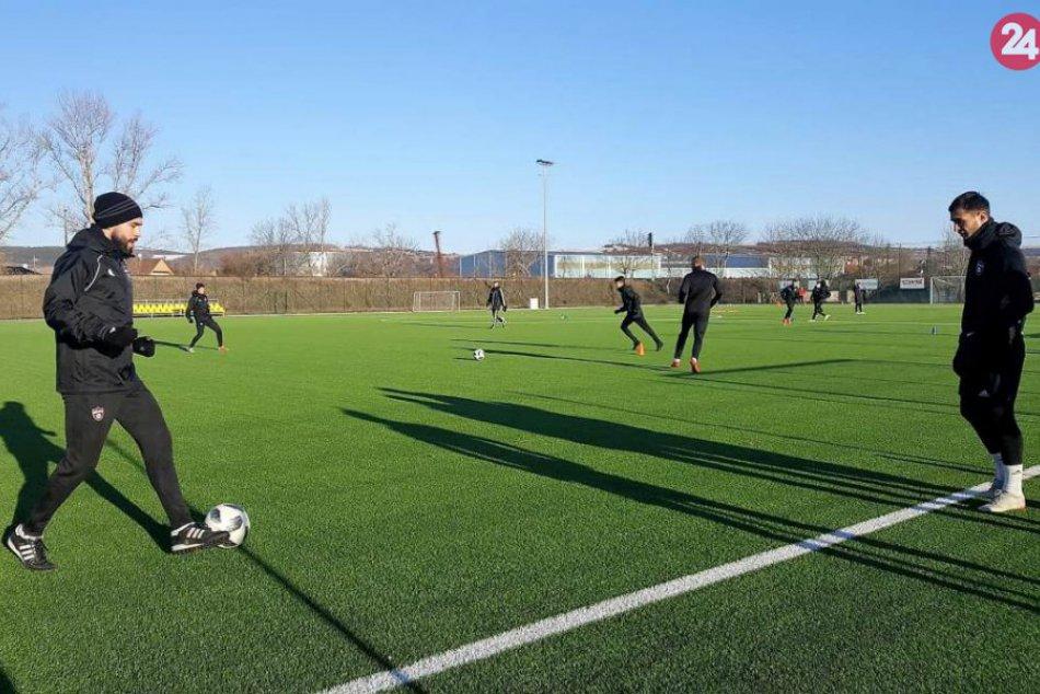 Ilustračný obrázok k článku Spartak Trnava v Hlohovci: Futbalisti zahájili sezónu na umelej tráve, FOTO