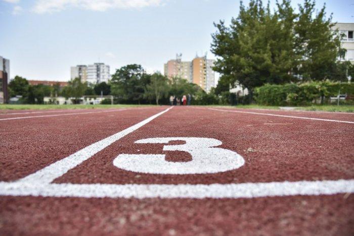 Ilustračný obrázok k článku Schátrané okolie žiarskeho gymnázia čakajú zmeny: Pribudne nový športový areál