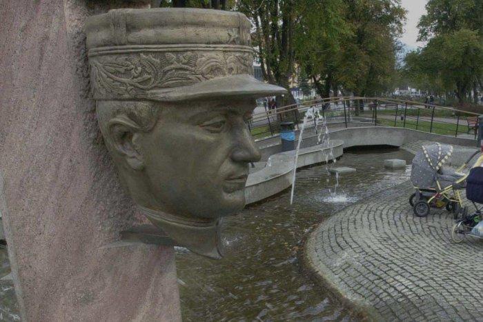 Ilustračný obrázok k článku Dnes je na humenskom námestí len odliatok hlavy: FOTO celej sochy M. R. Štefánika