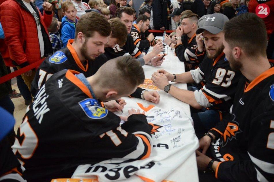 Ilustračný obrázok k článku Michalovskí hokejisti sa stretli so svojimi fanúšikmi: Prišli stovky ľudí, FOTO