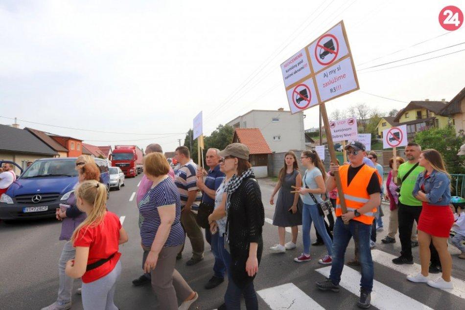 Ilustračný obrázok k článku Cestu v Dobrej Nive opäť blokovali. Petícia za obchvat má takmer 1000 podpisov