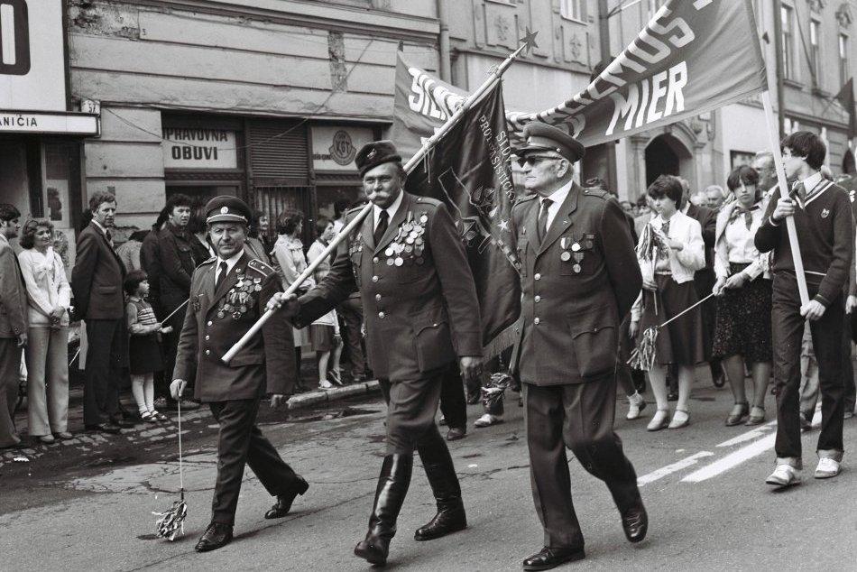 Ilustračný obrázok k článku Prvomájové oslavy z námestia na historických fotografiách