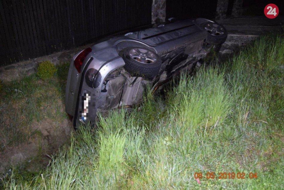 Ilustračný obrázok k článku Kuriózna nehoda vo Vlkanovej. Jazda opitého mladíka skončila v priekope, FOTO