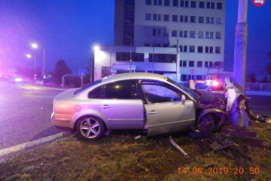 Ilustračný obrázok k článku Vodič vo Zvolene unikal policajtom. Po jazde v protismere skončil s autom v stĺpe a...
