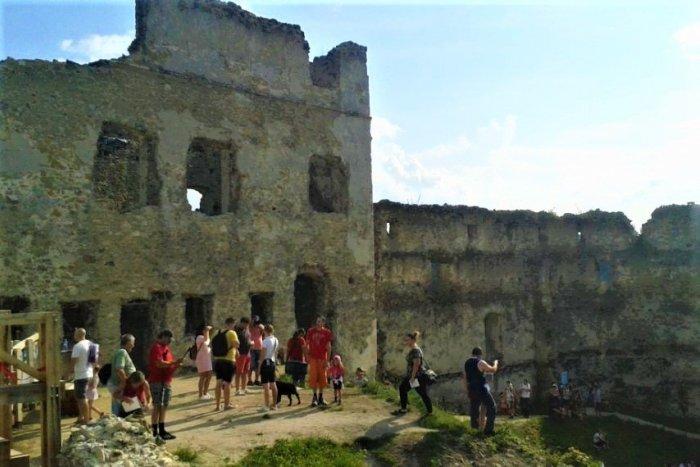 Ilustračný obrázok k článku Hudba, divadlo i sokoliari: PROGRAM na Považskom hrade ponúka toho viac