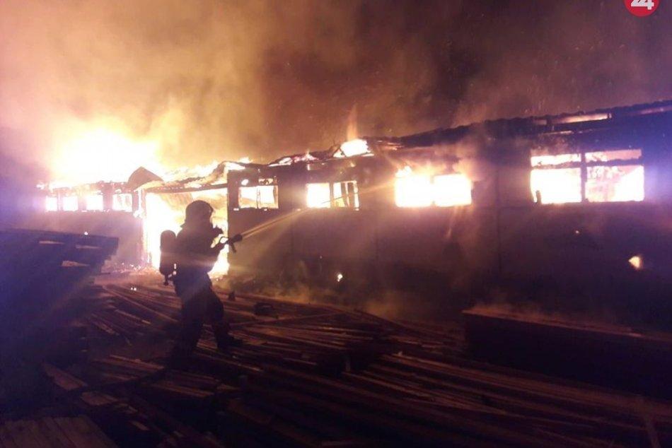 Ilustračný obrázok k článku Takýto náročný bol zásah hasičov pri požiari píly v Šebastovciach, FOTO