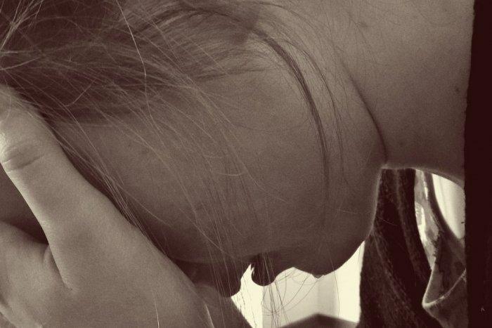 Ilustračný obrázok k článku Kľakni si na kolená a pros o odpustenie! 15-ročné dievča obvinili z VYDIERANIA