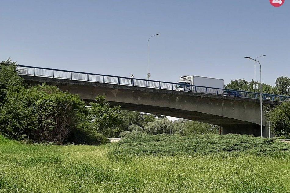 Ilustračný obrázok k článku Obmedzenia na moste vstúpia čoskoro do platnosti: Prejazd kamiónov bude zakázaný