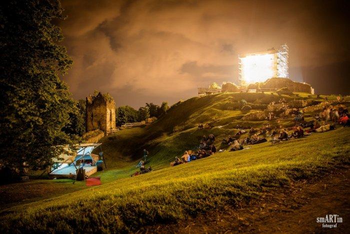 Ilustračný obrázok k článku Filmová noc na hrade: Okrem tradičnej filmovej pohody prináša aj takéto novinky