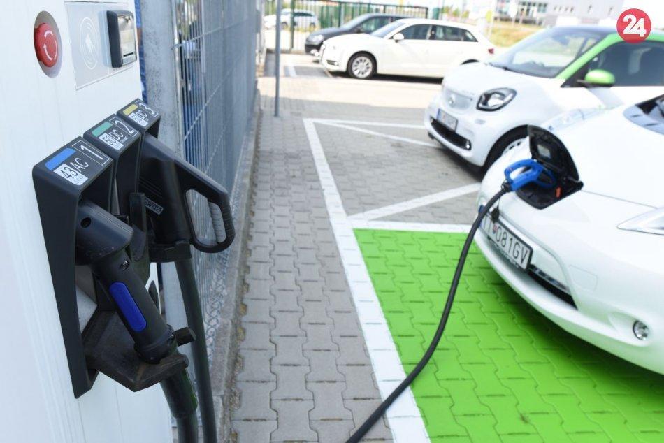 Ilustračný obrázok k článku Krajniak rieši zákaz nových benzínových áut a zožal VÝSMECH