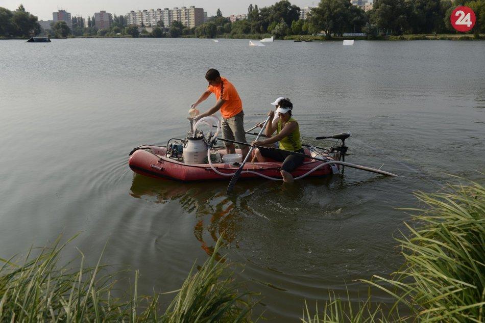 Ilustračný obrázok k článku Na košickom jazere budú opäť aplikovať prípravok na zníženie siníc