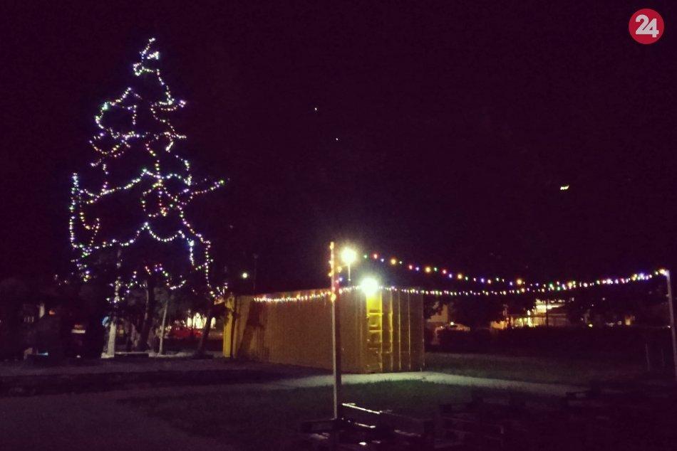 Ilustračný obrázok k článku Recesia z Považskej valcuje internet: Áno, máme vianočný stromček v lete, FOTO