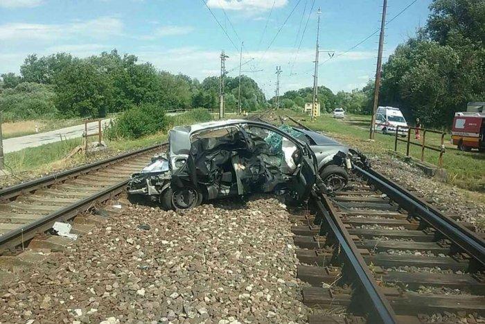 Ilustračný obrázok k článku Tragédia na južnom Slovensku: Zrážka vlaku a auta si vyžiadala dve obete, FOTO