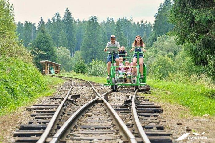 Ilustračný obrázok k článku Medzi obcami Hronec a Čierny Balog vznikol ďalší unikát: Bicyklovanie po koľajniciach!