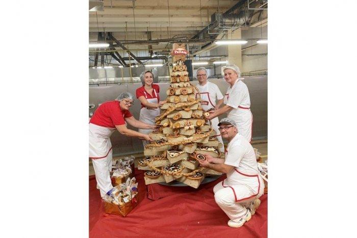 Ilustračný obrázok k článku Pekári zPENAM SLOVAKIA s piatym rekordom: Vianočný stromček zchlebového cesta, FOTO