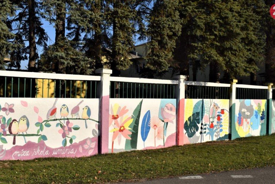 Ilustračný obrázok k článku Stráži ho sova azdobia kvety. Dobrovoľníci vymaľovali plot humenskej nemocnice, FOTO