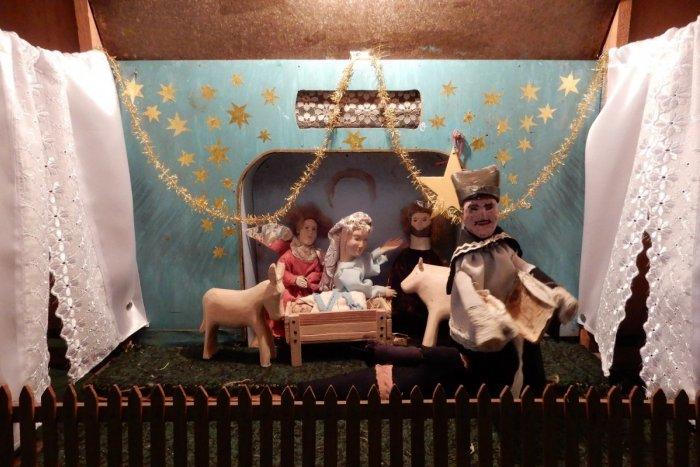 Ilustračný obrázok k článku Vianočné koledovanie v Topoľovke je raritou: Bábky sú ešte z čias prvej svetovej, VIDEO