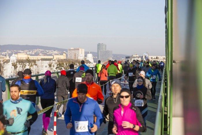 Ilustračný obrázok k článku Silvestrovský beh cez mosty prekonal nový rekord