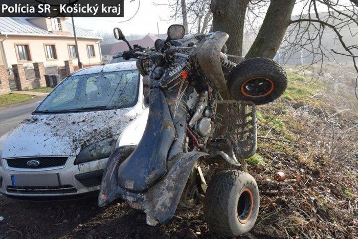 Ilustračný obrázok k článku Vážna nehoda pri Košiciach: Vodič (20) štvorkolky to napálil do stromu
