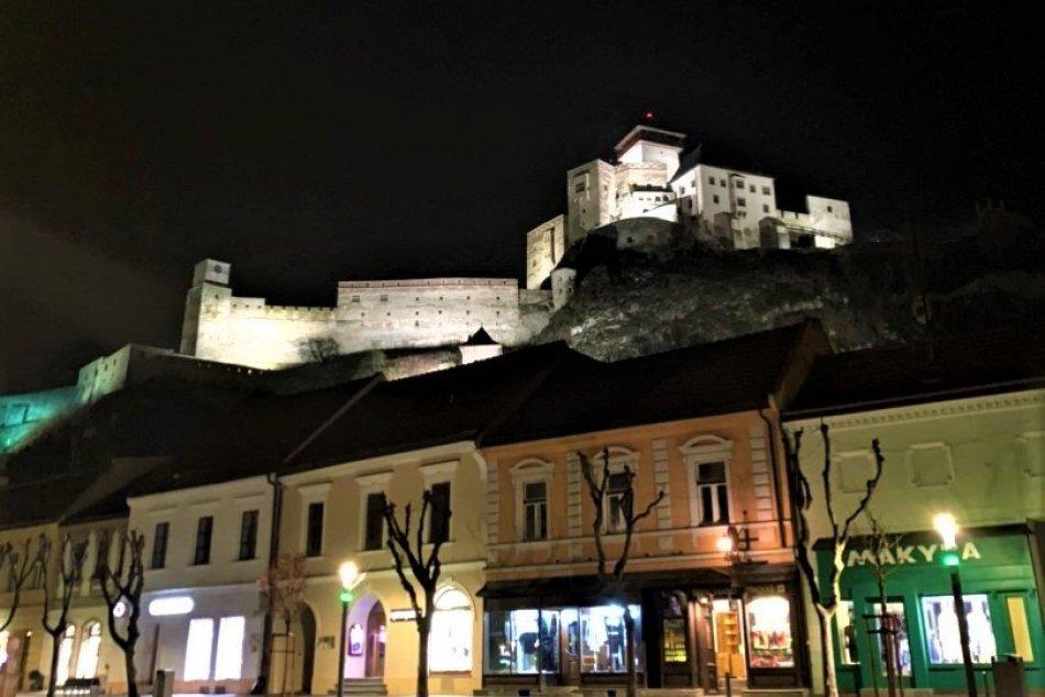 Ilustračný obrázok k článku Trenčiansky hrad ponúka nevšedné nočné prehliadky: TERMÍNY, kedy ich možno zažiť