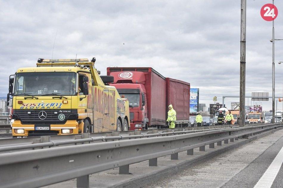 Ilustračný obrázok k článku Vodiči, pozor na dlhé kolóny! Diaľnicu D1 čiastočne blokuje pokazený kamión