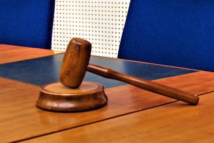 Ilustračný obrázok k článku Dvojica obvinená z prípravy vraždy starostu Marianky ide do väzby