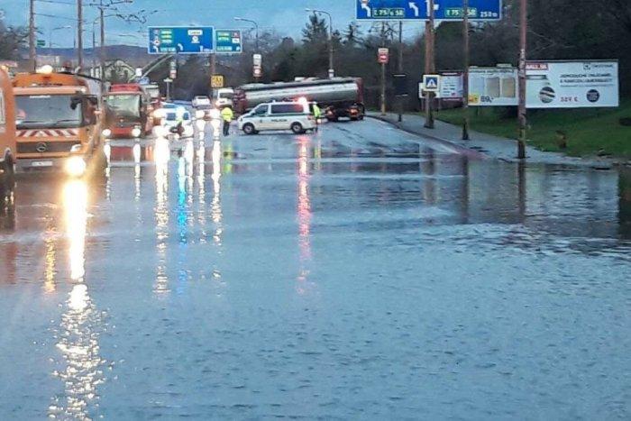 Ilustračný obrázok k článku Obrovský KOLAPS dopravy v Bratislave: Na Gagarinovej ulici zaplavilo podjazd
