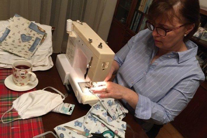 Ilustračný obrázok k článku TOTO si zaslúži pochvalu! Karloveský úrad šije rúška pre seniorov ako o dušu
